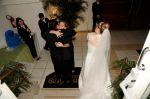 abraçando os noivos
