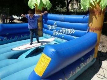 ALUGUEL LOCAÇÃO VENDAS - No Surf Machine você se sente em uma real prancha de surf. É um brinquedo indispensável não só em festas infantis, mas também de adultos, com estrutura para suportar todas as idades, uma ótima opção para quem gosta de adrenalina. Medidas: Largura: 6m - Comprimento: 6m - Altura: 3,5m (DIVERSOS TAMANHOS - 4,20(C) x 4,20 (L) x 0,90(A)m e Super ? 4,90(C) x 4,90 (L) x 1,80(A)m) - Indicado Para todas as idades. Esse produto acompanha monitor pelo período de 5 horas. Indicado para todas as idades (TEMOS DIVERSOS TAMANHOS).