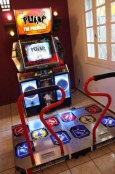 ALUGUEL LOCAÇÃO VENDAS ? Máquina de Simulação de Dança , onde durante a música a pessoa deve pisar nas setas (conforme posição e cor) no momento que aparece na parte superior da tela, acompanhando a música. A máquina acompanha 2 pistas. Recomendado para meninos e meninas a partir de 8 anos. PUMP It Up - 1,90m x 2,00m x 1,90m - 550kg - 110V ou 220V - Potência 400W - Versão: NX Absolute.