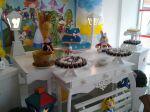 mesa decorada da Alice no pais das maravilhas com doces personalizadas.