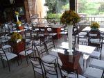 Cadeiras ferrugem com cristal e mesas de vidro base madeira rústica