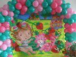 Painel em tecido com arco de balões