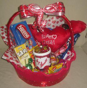 cesta de chocolate com pelucia