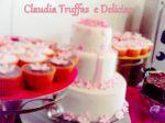 Mesa com bolo e cupcakes