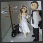 Cód:N181 noiva sentada na moto, e noivo com terno no ombro..