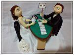 jogando poker e a cachorrinha sentadinha em cima do vestido. cód: 265