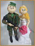 Valor R$ __________  código:285 noivo soldado com arma na mão , e a noiva com pezinho levantado para aparecer o sapato rosa.
