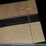 MOD 207B - GENOVA - 18x24 cm - envelope (2 luvas) em papel artesanal ou metalizado. convite em acetato/pvc cristal com impress�o em hi-print, em alto-relevo (texto + ilustra��o). fechamento com fita de organza/cetim/cord�o de silicone)