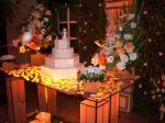 Decoração em mesa de vidro / pétalas espalhadas na mesa. No chão, acochegante decoração c/ varios tamanhos de velas, e onde as luminárias dão um toque especial.Doc.3-CH