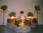 Decoração da mesa do bolo de casamento e de docinhos, com detalhes dourados.Doc.3-CG