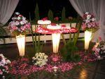 Linda mesa c/decoração rosa. Pétalas espalhadas no chão dão boas vindas, completa a decoração as luminárias.Doc.3-CB