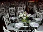 Linda mesa decorada em estilo clean. Acomoda de 5 a 6 pessoas.Doc.3-BU