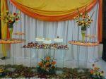 Mesa do bolo de casamento decorada em tons laranja.Doc.3-BT