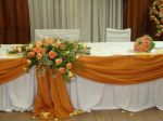 Decoração da mesa principal em tons laranja p/ os noivos e/ou familiares. Lembrando que a cor da de coração pode ser mudada.doc.3-BS