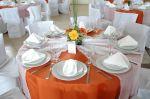 Decoração em tons laranjas das mesas dos convidados.Doc.3-BR