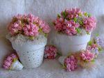 Pequenos vasos com buquê de mini rosinhas em tecidos feitas à mão.Uma lembrancinha artesanal. Doc.1-L