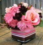 Sujestão de gracioso arranjo em tom rosa(ou em outra cor)p/ mesas dos convidados. Doc. 1-M