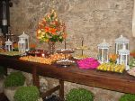 Mesa de docinhos finos, decorada em estilo rústico, elegante e c/ charme das graciosas lanternas. Doc.3-BI