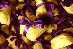 Doces mini pães-de mel, embrulhados graciosamente nos tons da decoração da festa.  Doc .1-H
