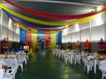 MESA DECORADAS COM TOALHAS COLORIDOS, COLUNAS DE BAL�ES E TETO IMITANDO TENDA DE CIRCO