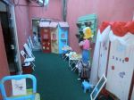 Área infantil externa com casa de lanches, camarim de fantasias, etc.
