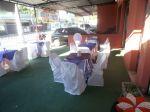 Área externa com mesa de convidados.