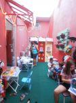 Área infantil de lanches com casa de lanches e algodão doce.