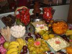 Mesa de frutas com cascata de chocolate