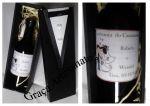 Lembrancinhas para padrinhos de casamento. Caixa em MDF decorada com cetim e fita. Mini vinho personalizado.
