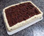 Torta de morango, pão de ló e decorado com nata e raspas de chocolate.