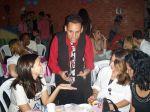 O mágico leva Tambem alegria e diversão para os convidados em suas mesas. Onde todos participarão vendo as mágicas do Mr. Fíni bem de perto.