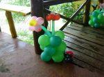 Coluna de flores e joaninha
