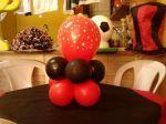 Arranjo de mesa vermelho e preto.