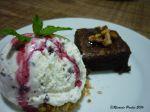 Brownie de nozes com sorvete de flocos e calda de frutas vermelhas