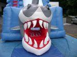 Vista frontal - crianças saem pela boca do tubarão