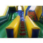 Ao chegar ao topo dos 4,5m de escada, criança tem opção de descer no tobogã com final no colchão inflável ou dentro de uma piscina com 1.000 bolinhas.