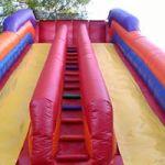 Escada entre os escorregadores permite que duas crianças subam por vez. Em tobogãs normais, apenas uma criança por vez é seguro.