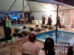 Casamento na piscina com estrutura e tenda