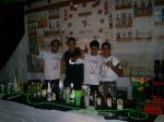 Os Barman com camisetas estilizadas do Bar Steffen