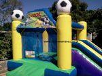 BALÃO PULA PULA COM TOBOGÃ (tema futebol) - Tamanho 3,40m (C) x 4,00m (L) x 2,50m (A) - Suporta crianças até 8 anos