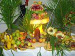 mesa de frutas decorada p/ casamento.