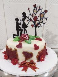 bolo de noivado com cobertura de folha de açúcar