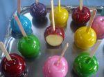 maça do amor colorida de caramelo.