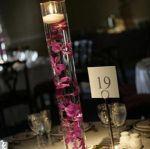 centro de mesa com velas e flor em tulipa