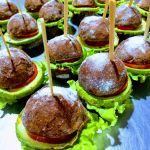 Hamburguinhos vegetarianos em pão de beterraba