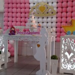 Princesa com mesa provençal e cubos  Pode trocar por cortinado invés de tela de balões  Fazemos para menino
