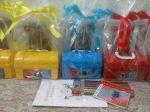 Maletinha com kit para colorir.  12,00  a unid. (revista para colori + lápis de cor 12 cores grande) + maletinha com adesivos personalizados.