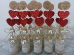 Centro de mesa garrafa decorada + plaquinhas coração de eva com tags de agradecimento noivado.  10,00 a unid.